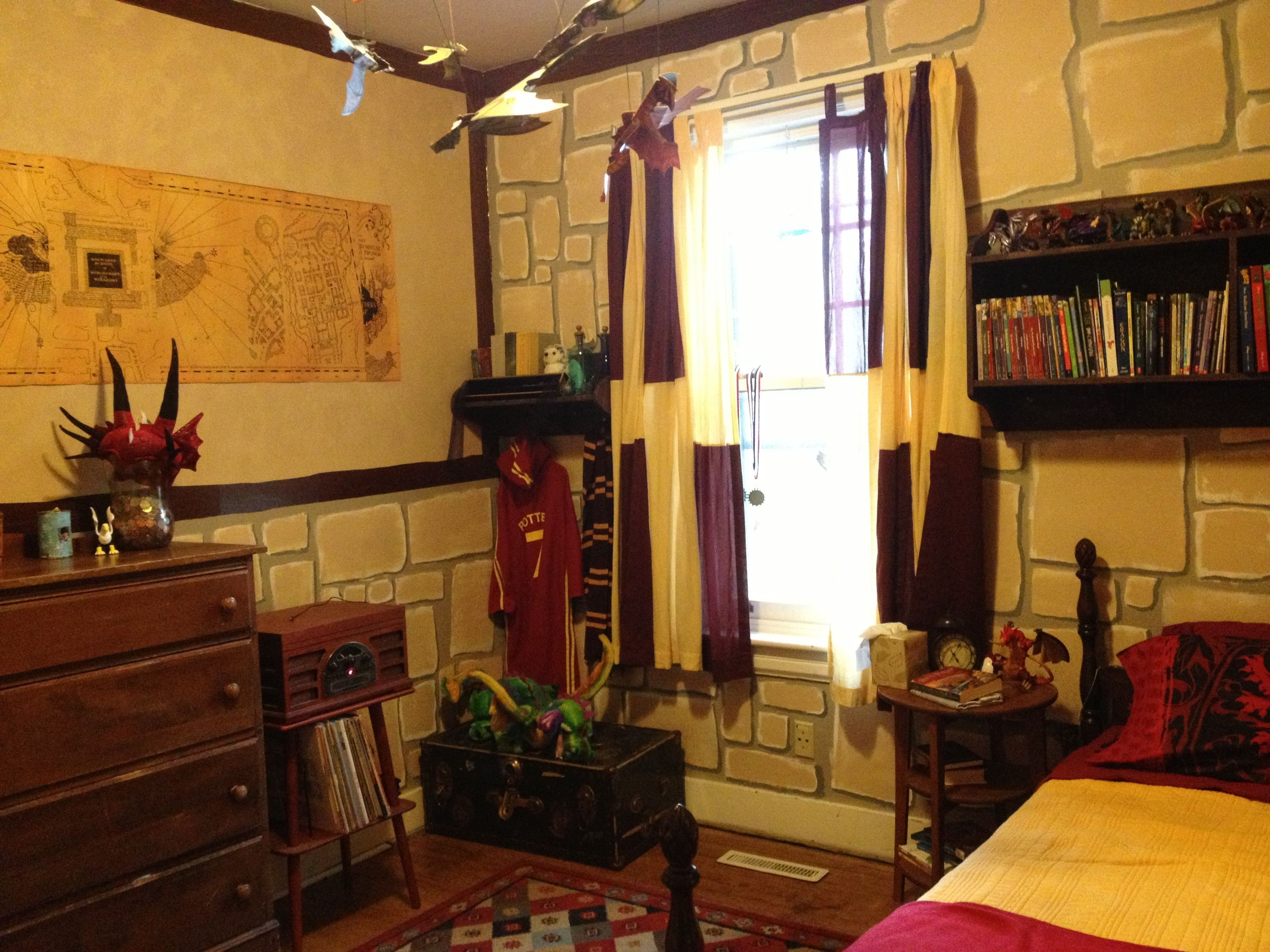 Best Harry Potter Gryffindor Bedroom Sutton Harry Potter With Pictures
