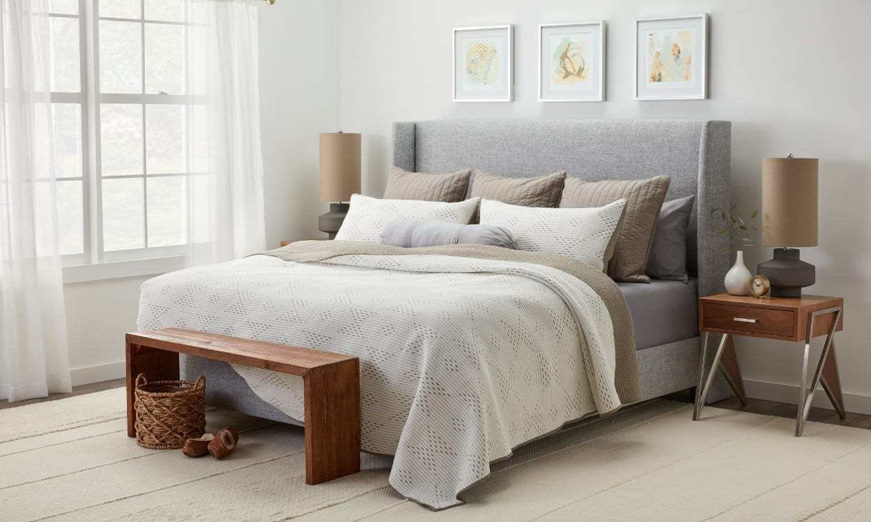 Best 12 Ways To Arrange Pillows On A Bed Overstock Com With Pictures