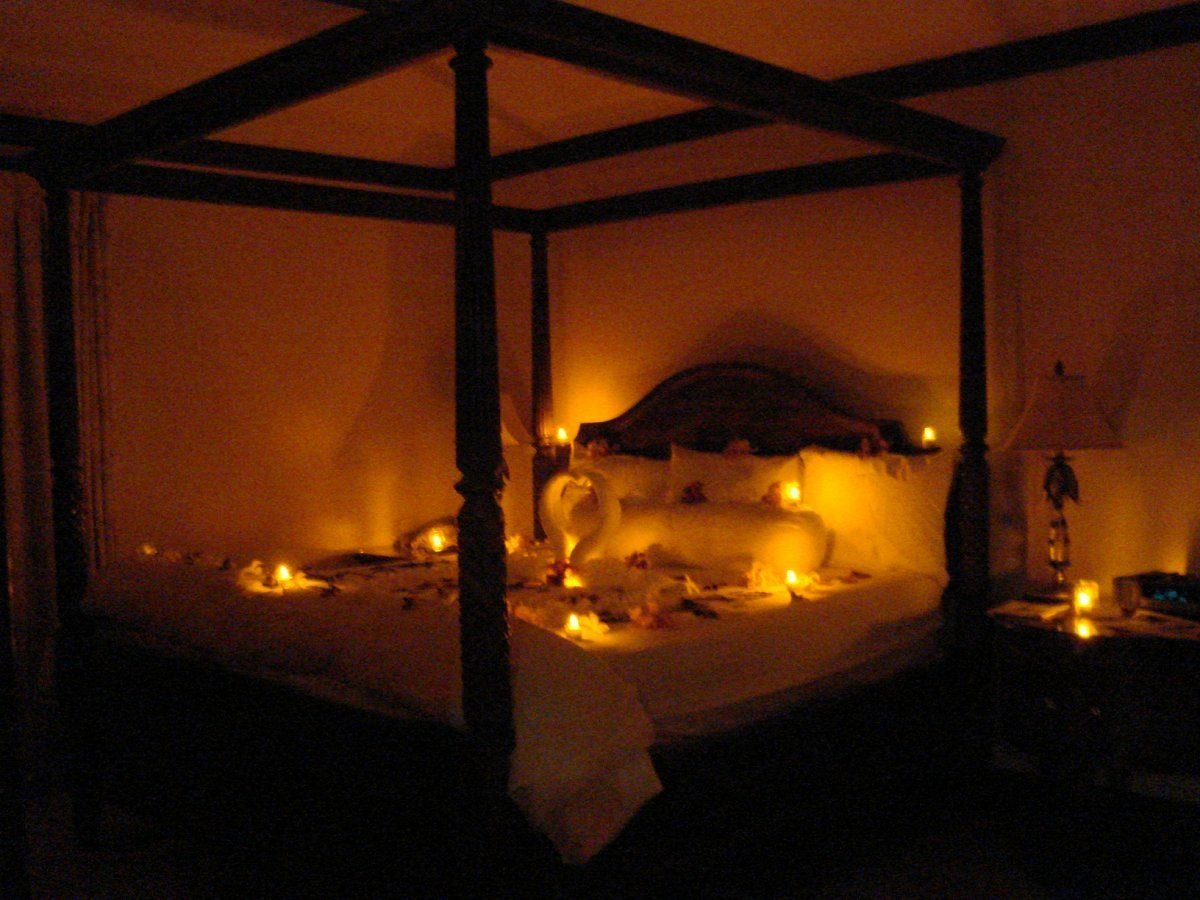 Best Romantic Candle Lighting By Bed Warm And Romantic Honeymoon Bed Decoration Ideas With Candles With Pictures