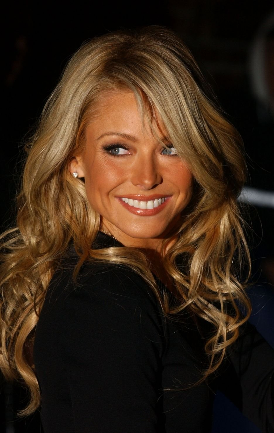Free Kelly Ripa Her Hair Is Amazing Wallpaper