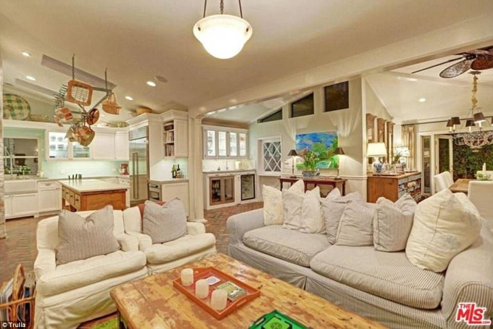 Best Selena Gomez Buys New La House For A Bargain 2 25M With Pictures