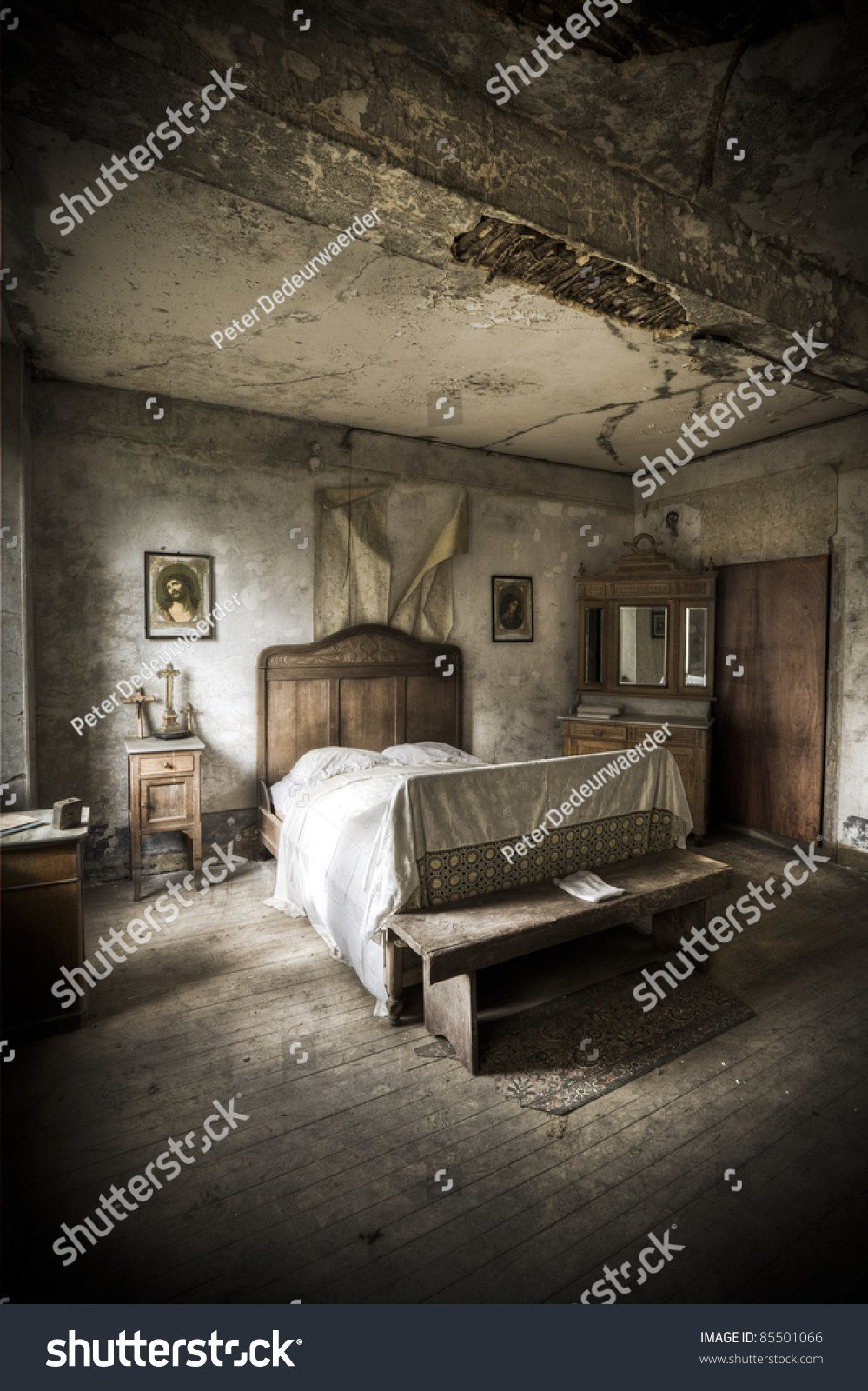 Best A Creepy Bedroom Scenery Cracked Walls And Wooden Floors With Pictures