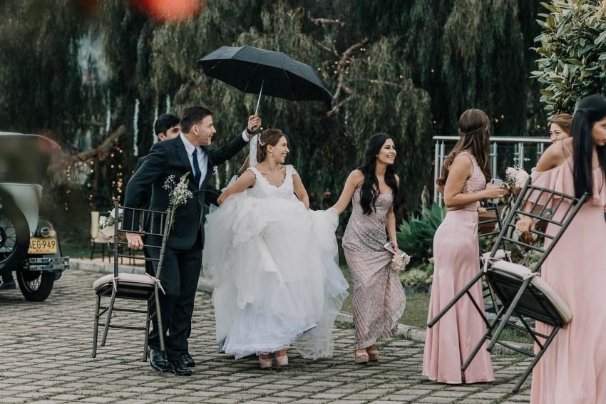 Apuesta por fotos de grupo con naturalidad, alejados de posados artificiales y logra un mejor reportaje de boda
