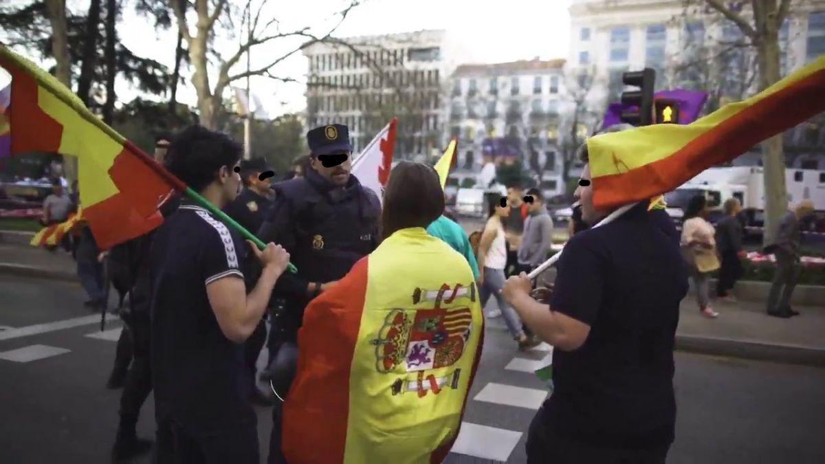 Lección de democracia de un policía a unos jóvenes con banderas de España en la manifestación independentista