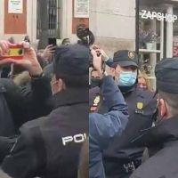 Vídeo | La extrema derecha intenta reventar el 8M en Madrid con proclamas franquistas y el cara al sol