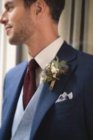 Détail d'un gilet croisé porté avec une cravate en grenadine de soie
