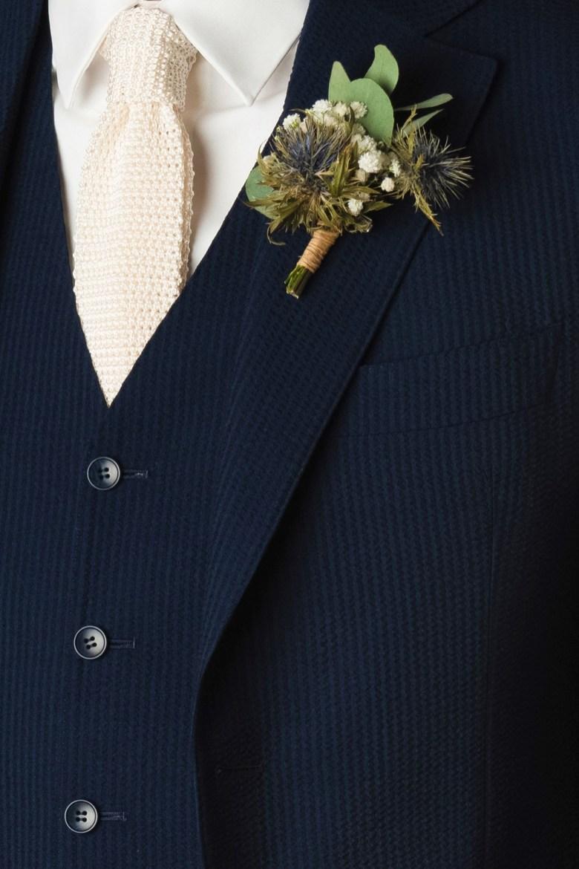 Cravate en maille de soie, portée sous un gilet en seersucker