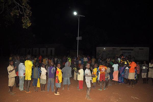Sur la place du village, éclairée depuis fin décembre par un lampadaire installé par Electriciens sans frontières et ABS ONG©KaderSabi/ccas