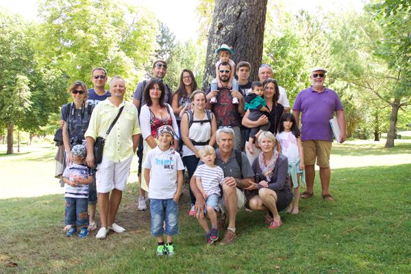 Le groupe de vacanciers d'Arès au parc Mauresque avec leur guide Aimé © Noémie Coppin/ccas