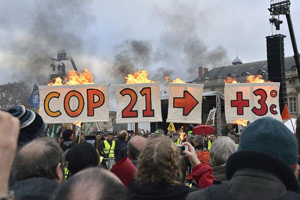Banderole COP21 en feu, Paris, 12 décembre 2015 © D. Delaine