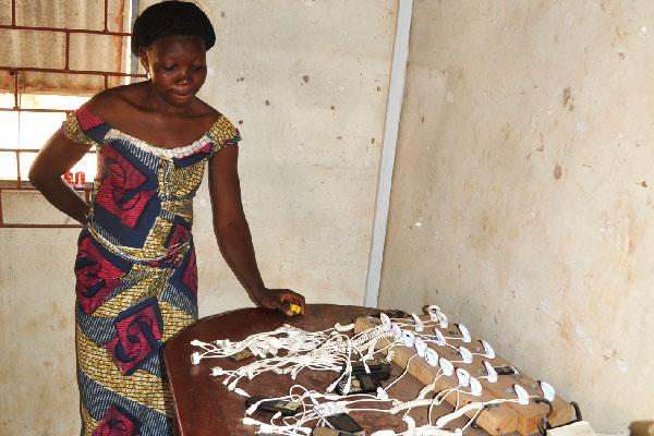 Station de recharge de batteries de téléphones portables à Wansokou (Bénin), janvier 2015 © Electriciens sans frontières
