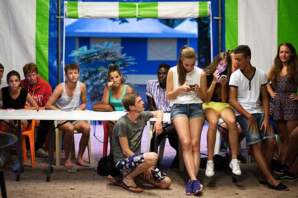 Les Ados en centre de vacances familiales CCAS (Seignosse, l'Etang Blanc) Quizz musical au point-rencontre © Charles Crié