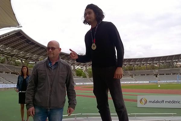remise de la médaille par Manu Salles au vainqueur du lancer du poids, Badr Touzi©S.Alesi/ccas