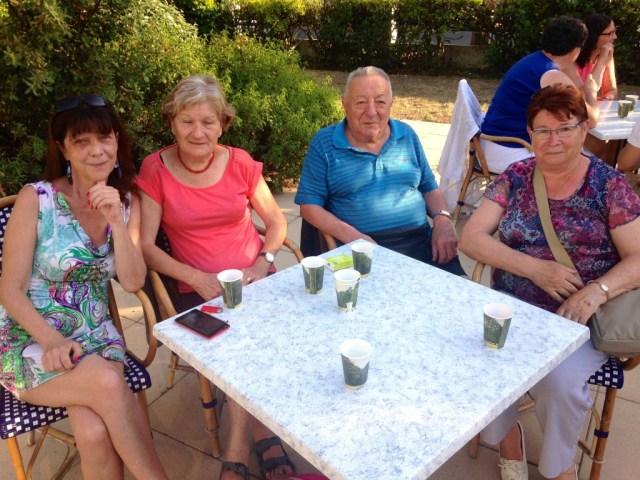 """Serge et Odette (à d.) partagent leurs souvenirs avec leurs deux nouvelles amies, Brigitte et Mauricette (à g.) : """"On part en vacances dans les centres CCAS depuis 1967 !"""" expliquent les retraités."""