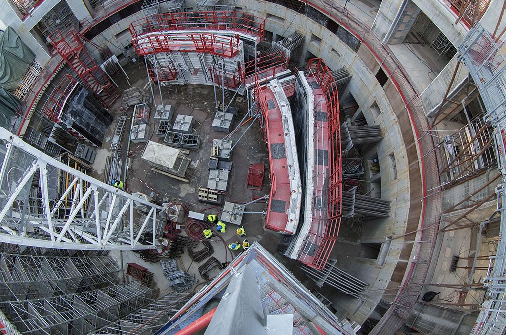 Pile dans l'axe du plasma ! C'est dans le puits circulaire que la machine sera assemblée. ©E.Raz/CCAS