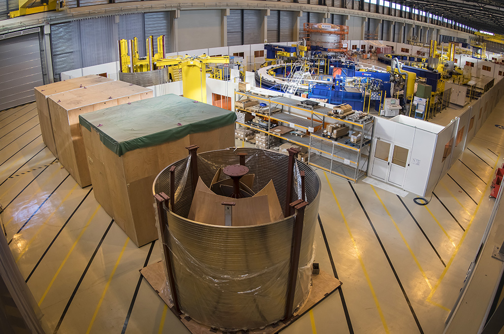 La contribution des membres d'ITER se fait principalement en nature. Les pièces et les systèmes de la machine et de l'installation sont fabriquées dans leurs usines sur trois continents et livrées sur le site d'ITER. Entre le port de Marseille/Fos, où les pièces sont débarquées, et le site d'ITER distant d'une centaine de km, la France a aménagé un itinéraire (élargissement de routes, création de pistes, renforcement/reconstruction d'ouvrages d'art etc.) permettant d'acheminer ces pièces dont les plus lourdes pèsent jusqu'à 600 tonnes, mesurent jusqu'à 10 m de haut, 10 m de large. Les dimensions des plus grosses des bobines annulaires qui ceinturent la machine (Poloidal Field Coils, de 17 à 24 m de diamètre) ne permettent pas de les transporter par la route. Elles sont donc fabriquées sur place dans un vaste atelier de bobinage (257 m long). ©E.Raz/CCAS