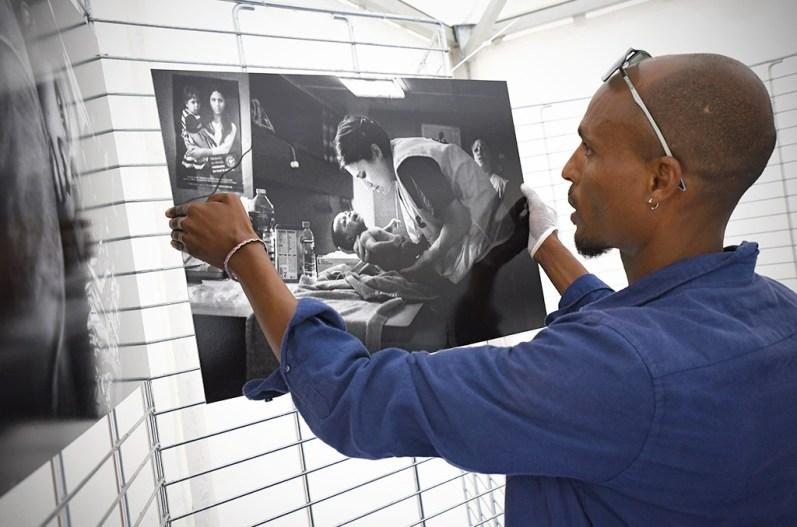 """Exposition """"Sauvetage en Méditerranée"""", à bord de """"l'Aquarius"""", par le photographe érythréen Sinawi Medine. ©Joseph Marando/CCAS"""