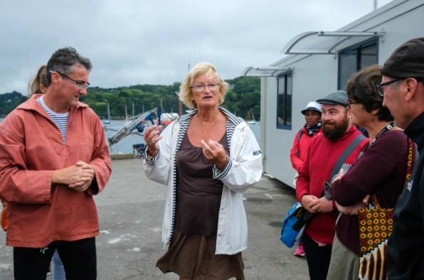 Diane Levesque et Bruno Rathouit (à g.) accueillent les navigateur·rices. ©Charles Crié/CCAS