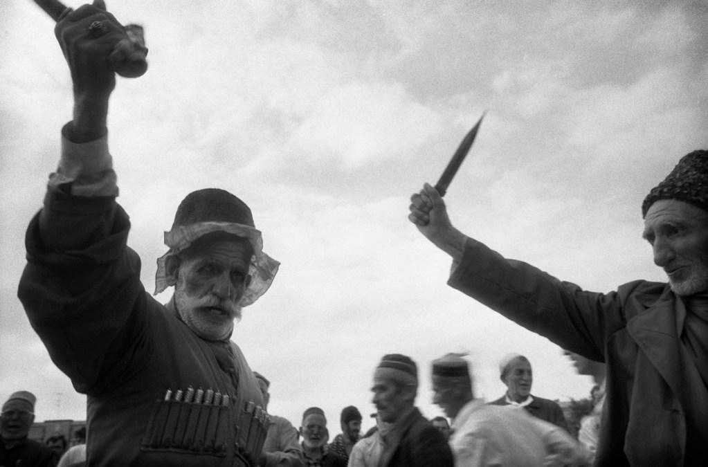 """Танец """"Зикр"""" в центре Грозного во время митинга против ввода федеральных войск.  Ноябрь 1994"""
