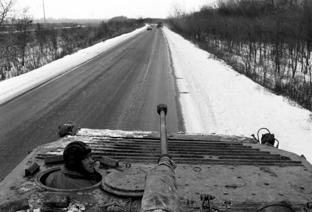 Танки на трассе, ведущей в Грозный, декабря 1994