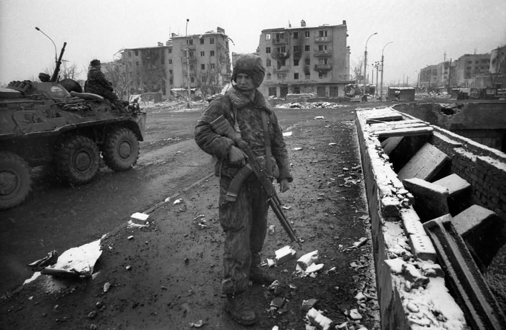 Российский солдат в центре города. март 1995