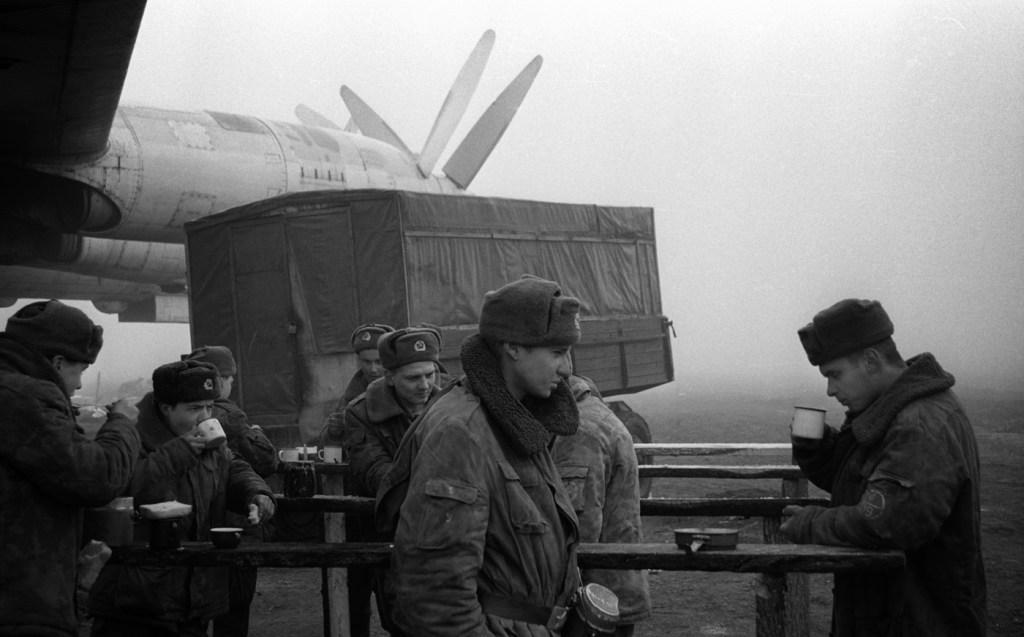 Российские солдаты на военной базе в Моздоке, февраль 1995