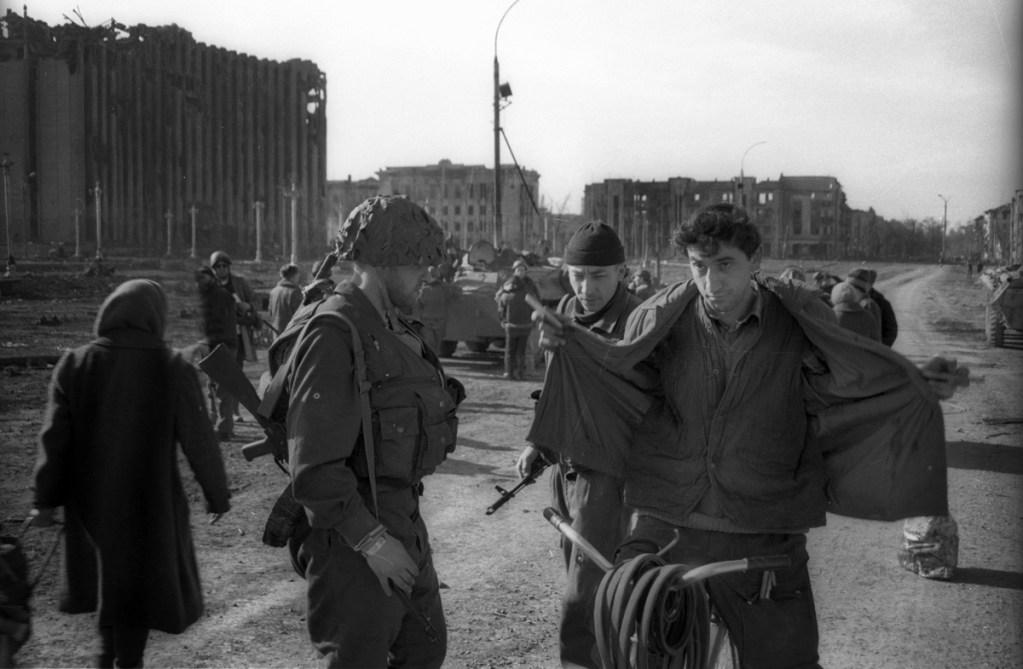 Российский Блок-пост в центре Грозного, май 1995