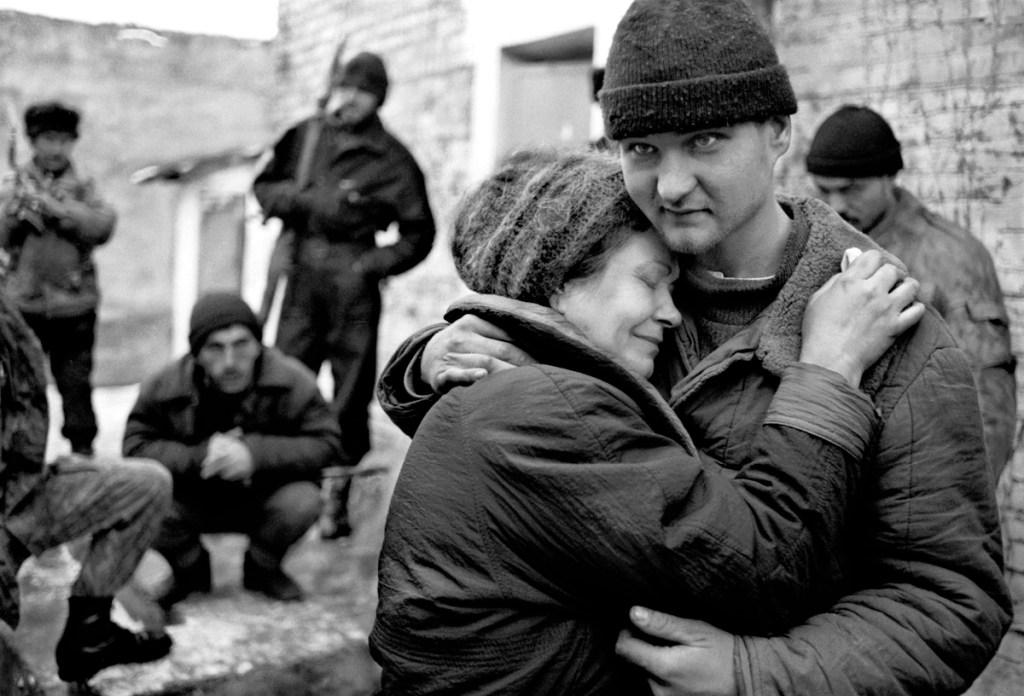 Мать нашла своего сына Романа (спецназ ГРУ) в чеченском плену, Шали, январь 1995