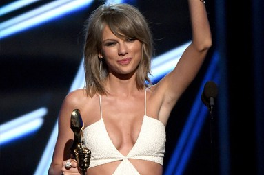 LAS VEGAS, NV - MAY 17: Recording artist Taylor Swift accepts the Top Artist award onstage during the 2015 Billboard Music Awards at MGM Grand Garden Arena on May 17, 2015 in Las Vegas, Nevada. (Photo by Ethan Miller/Getty Images)