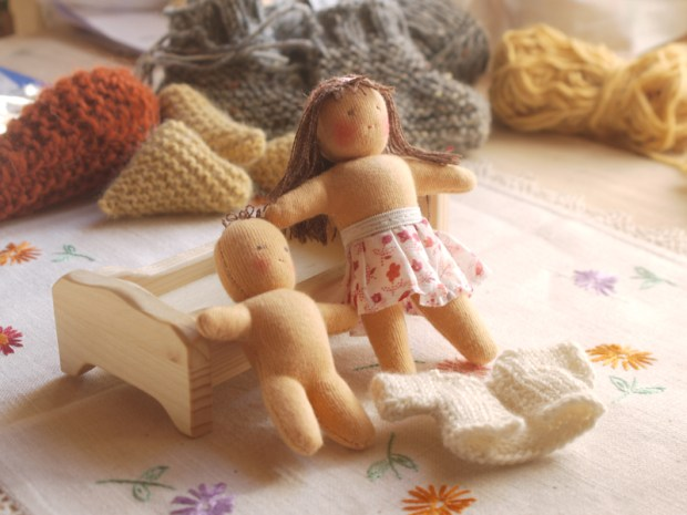 Deux petites poupées en cours de fabrication
