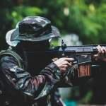 Soldat schießt (Bild: schutterstock.com/Von alis yimyen)