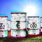 FOTOMONTAGE, Tonnen mit Aufschrift CO2 und Eurozeichen, Symbolfoto Klimawende und CO2-Bepreisung *** PHOTOMONTAGE, tons