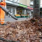 Stadtreinigung reinigt Strassen vom Laub 12.12.2019, DEU, Deutschland, Hambug: Mitarbeiter der Hamburger Stadtreinigung