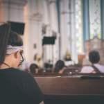 Frau in Kirche Beten