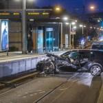 Fahranfänger kracht in SSB Haltestelle Fahrerseite wird komplett aufgerissen 19 Jähriger verletz