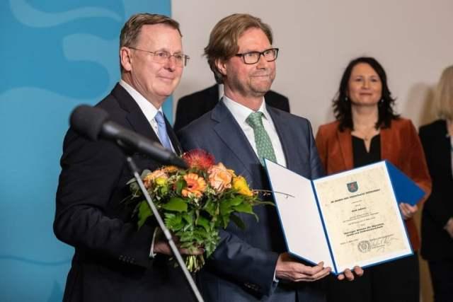 Ministerpräsident Bodo Ramelow (Die Linke) ernennt Dirk Adams (Grüne) zum Minister für Migration, Justiz und Verbraucherschutz (Bild: Steffen Prößdorf, CC BY-SA 4.0 , via Wikimedia Commons)
