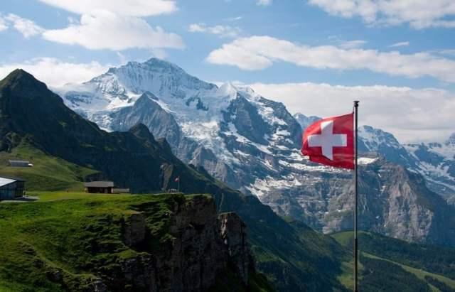 Schweiz (Bild: shutterstock.com/https://www.shutterstock.com/de/image-photo/wengen-lauterbrunnen-valley-red-swiss-flag-1707547003)