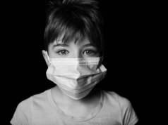 Kind mit Maske (Bild: A Von Ahturner/shutterstock.com)
