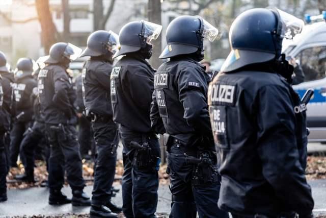 Demoverbot wird durchgesetzt (Symbolbild: shutterstock.com/D.Punkt)