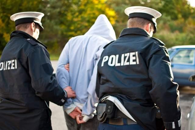 Polizei (Symbolbild: shutterstock.com/ Von mattomedia KG)