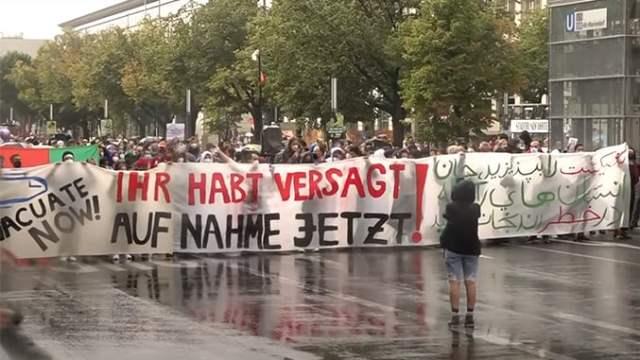 Demonstranten in Berlin fordern Evakuierung von Afghanen nach Deutschland; Bild: Screenshot Youtubevideo RT DE