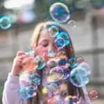 Kind bläst Seifenviren; Bild: jouwatch Collage