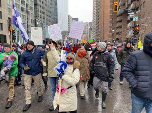 Manifestation de complotistes contre les mesures sanitaires à Montréal