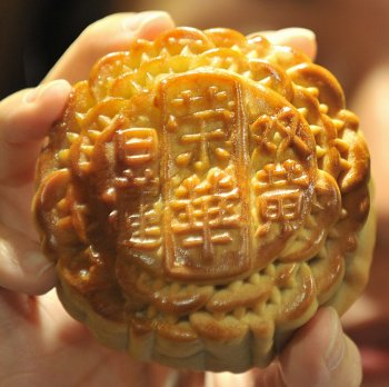 traditional-chinese-mooncake-made-celebrate-mid-autumn-festival