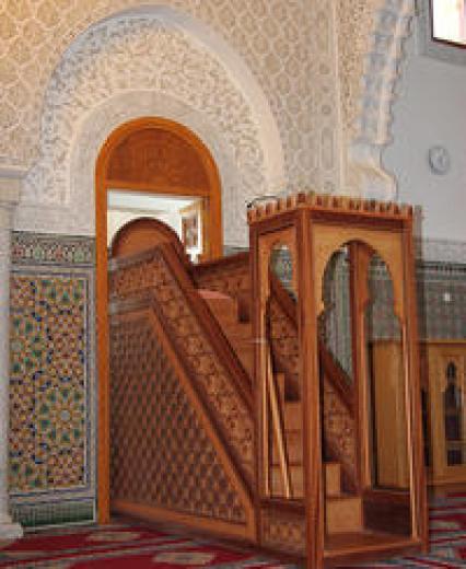 Le mihrab, renfoncement étroit dédié aux imams, où un micro est dressé. Dos aux croyants, il lance l'appel à la prière.