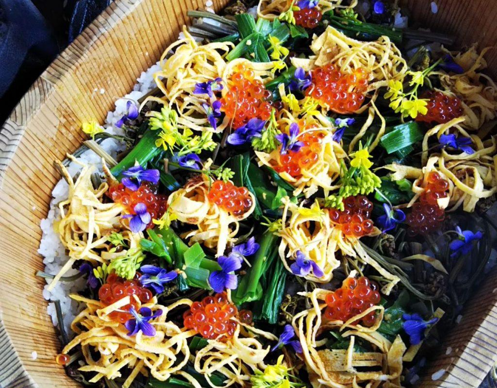 すみれの花と山菜のちらし寿司