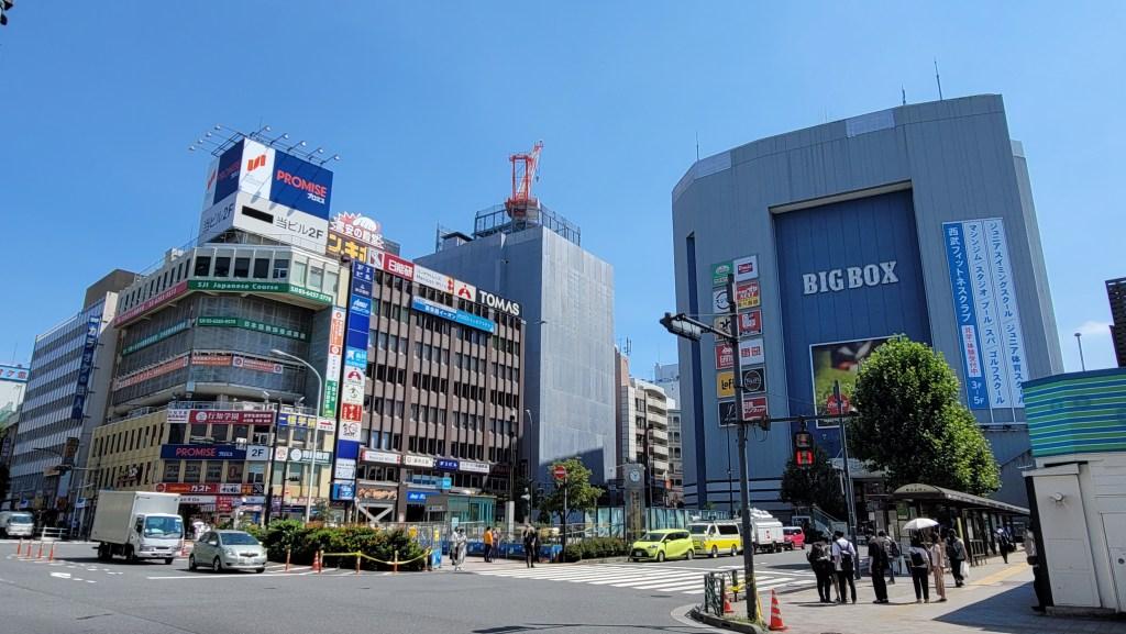 高田馬場駅前の交差点から見えるBIG BOX