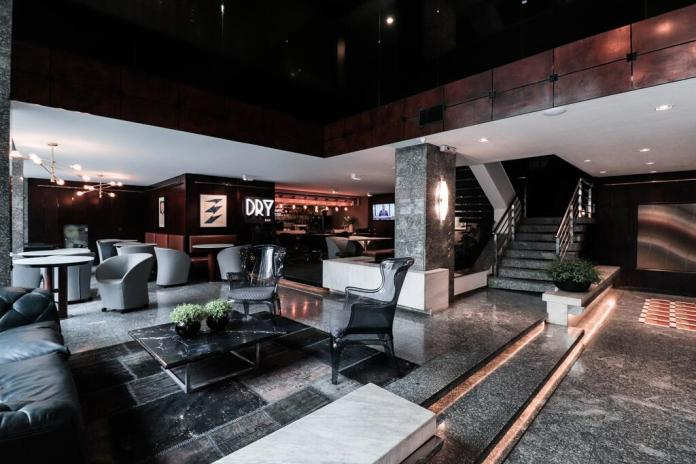 Hotel Slaviero Essential Curitiba Centro: Super trendy hotel in Curitiba with dark, modern interior styling