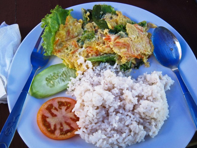 Omelette with lettuce and red rice