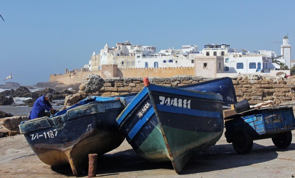 Atlas Okyanusu kıyısındaki Essaouira'nın mavi kayıkları, balıktan döndükten sonra kıyıya çekilmiş, bakımları yapılıyor. Essaouira, Game of Thrones dizisinde Astapor adlı kenti canlandırmıştı.